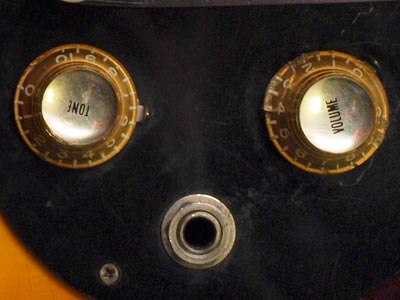 Gold Gibson bell-knobs were fitted to mid 1960s Melody Makers; one volume control and one tone control