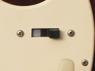 Pickup selection is by means of a simple three-way switch: neck pickup/both pickups/bridge pickup